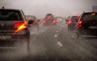 下雨天7个开车技巧  不要在车内打电话
