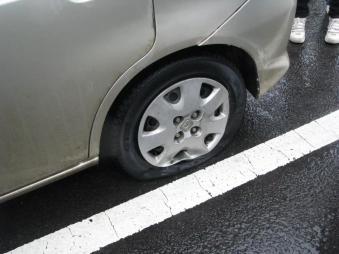轮胎扎钉不要急 别再叫拖车了 只需两招