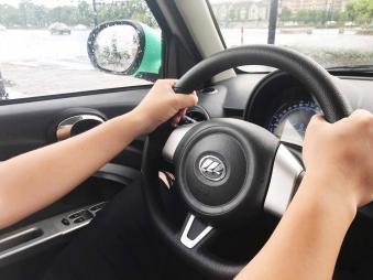 正确驾驶 开自动挡汽车的时候右手放在哪